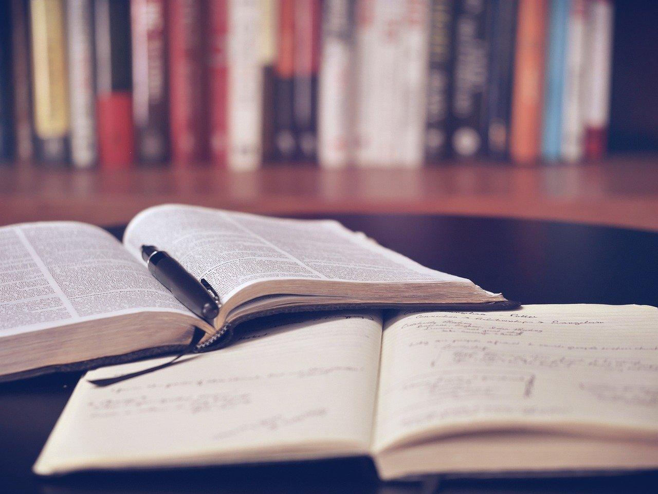 Kotiopetuksen tutkiva opettaja seuraa kotioppijan opinnoissa edistymistä, mutta ei kirjoita todistusta.